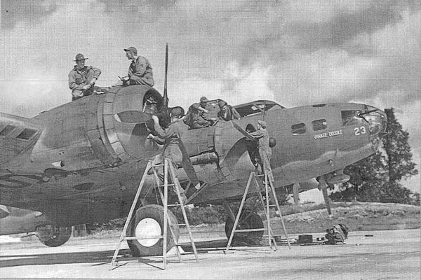 US 8th Army Air Force overhaul the B-17F 'Yankee Doodle' © Courtesy Imperial War Museum London